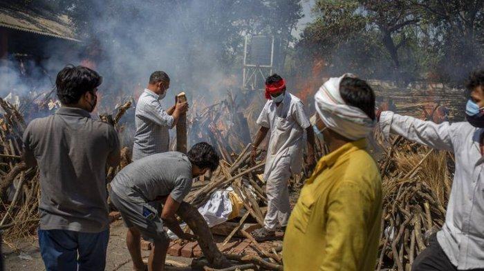 Orang-orang di India Olesi Kotoran Sapi ke Seluruh Tubuh, Dipercaya Bisa Menangkal Covid-19