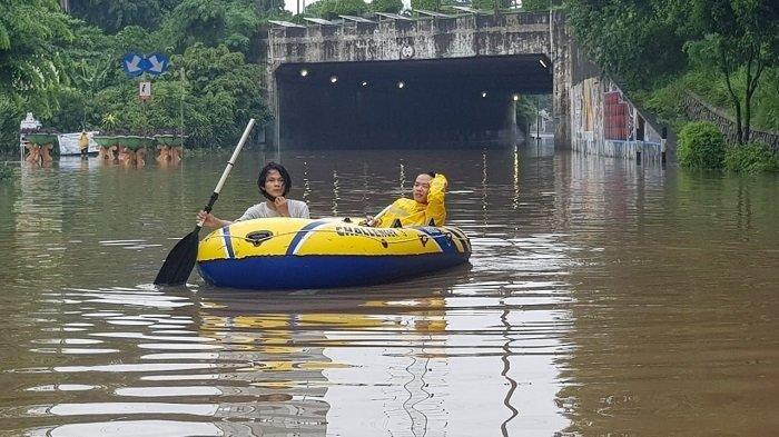 Kondisi Terowongan Cawang yang tidak bisa dilalui pengguna jalan karena banjir, Makasar, Jakarta Timur, Sabtu (20/2/2021).
