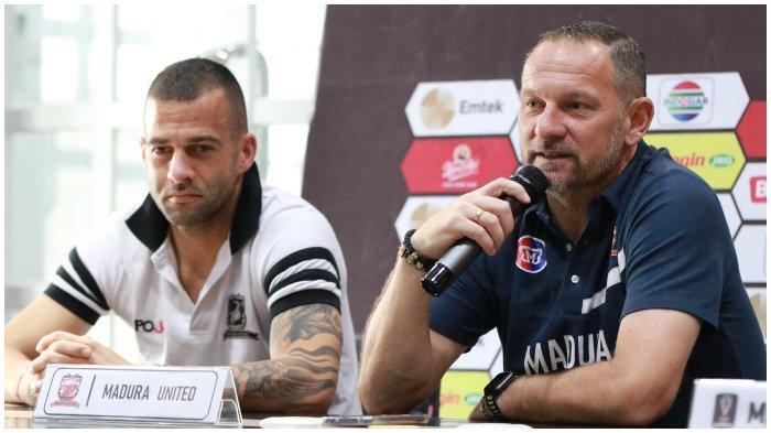 Coach Dejan Antonic didampingi oleh Aleksandar Racik menghadiri press conference, Selasa (2/4/2019) jelang pertandingan Derby SuraMadu leg 1 Semifinal Piala Presiden 2019 vs Persebaya