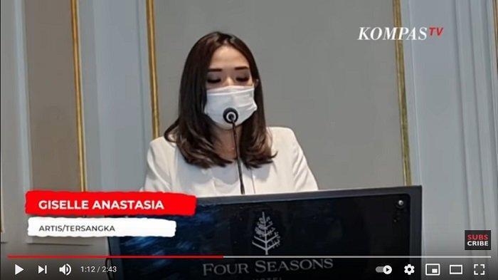 Artis Gisella Anastasia melakukan konferensi pers terkait kasus video syur yang menjeratnya dan Michael Yokinobu de Fretes pada Rabu (6/1/2021) di Four Season Hotel.