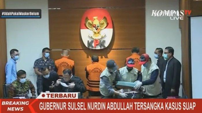 Koper barang bukti berisi Rp2 miliar tidak dapat ditutup saking penuh. Uang tersebut merupakan barang bukti dugaan suap yang diterima Gubernur Sulawesi Selatan (Sulsel) Nurdin Abdullah, Minggu (28/2/2021).