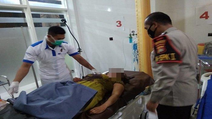 KORBAN: Jasad istri korban penusukan suami dibawa anggota Satreskrim Polresta Mataram ke RS Bhayangkara, Sabtu (17/4/2021).