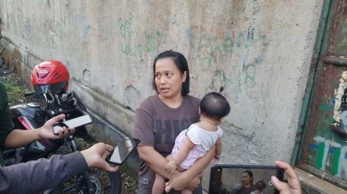 Yanti (35) warga Jalan Lestari, Kelurahan Kreo, Kecamatan Larangan, Kota Tangerang yang mengaku senang karena Hotel Alona sudah disegel, Senin (22/3/2021). Yanti bercerita, dirinya kerap memarahi suaminya yang curi-curi pandang melihat wanita seksi yang berseliweran di sekitar Hotel Alona.