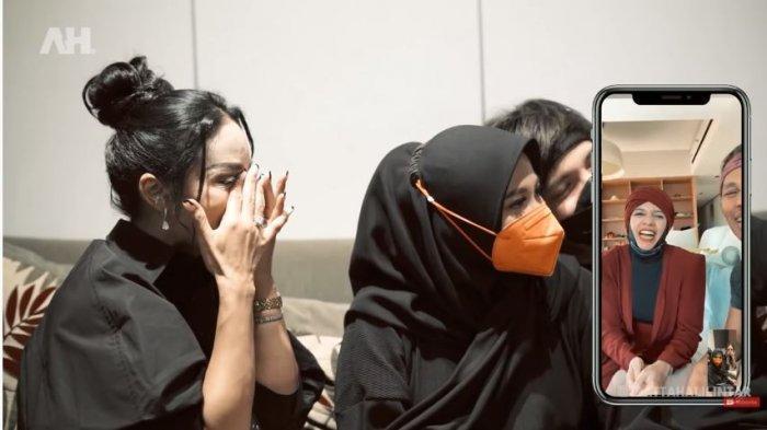 Krisdayanti meneteskan air mata saat mengobrol dengan orangtua Atta Halilintar, Halilintar Anofial Asmid dan Lenggogeni Faruk, Jumat (6/8/2021).