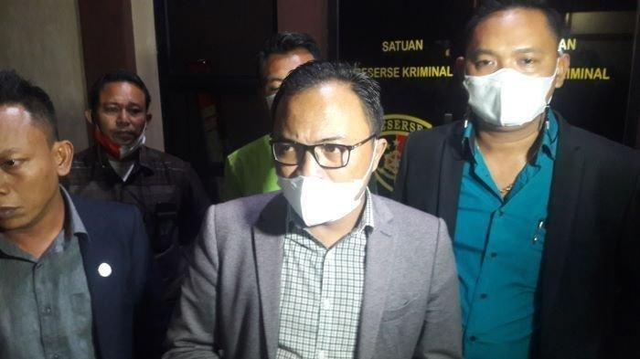 Kuasa Hukum Yosef, Rohman Hidayat, saat ditanya wartawan di Satreskrim Polres Subang, Selasa (7/9/2021). Dia menjelaskan terkait alasan Yosef memilih pisah rumah dengan istri mudanya.