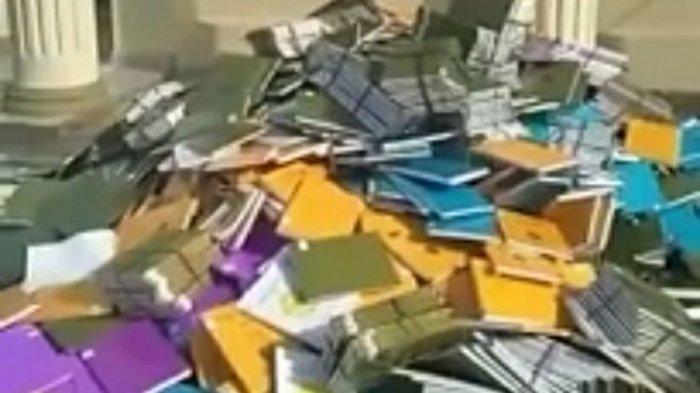 Video Ratusan Skripsi Dibuang dari Atas Gedung Viral, Rektor Sebut akan Dipindahkan ke Tempat Lain