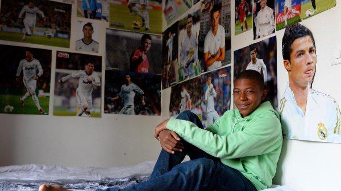 Kylian Mbappe berpose di dalam kamarnya yang dipenuhi poster Cristiano Ronaldo beberapa waktu lalu.