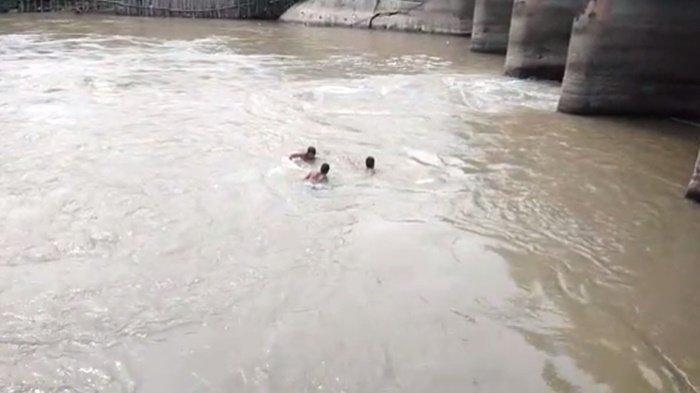 Mobil Pajero BG 1988 YL mengalami kecelakaan menabrak Jembatan Sukaraja, Kecamatan Pedamaran, Kabupaten Ogan Komering Ilir (OKI), Sumatera Selatan (Sumsel), Rabu (30/6/2021). Dalam kecelakaan tersebut hanya istri sang sopir yang selamat sedangkan suami dan tiga anaknya tewas tenggelam bersama mobil yang terjun ke sungai.