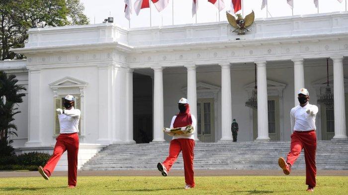 Potret saat Sekretariat Presiden Gelar Latihan Penaikan Bendera Upacara HUT ke-75 Kemerdekaan RI