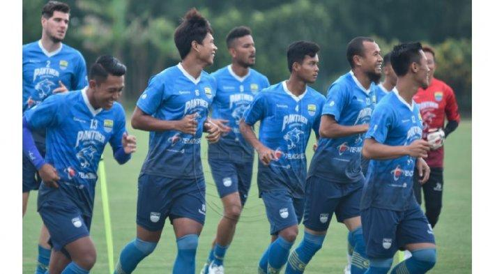 Latihan perdana Persib Bandung di Bulan Ramadan saat menjalani ibadah puasa Selasa, (13/4/2021).