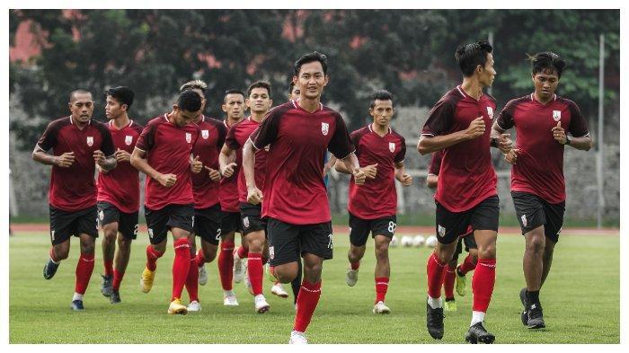 Latihan perdana skuad Persis Solo setelah libur di Stadion Universitas Sebelas Maret (UNS) Surakarta, Jumat (21/5/2021).