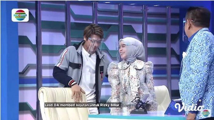 Lesti dan Rizky Billar saat jadi bintang tamu dalam acara 'Tukul One Man Show' Indosiar, Senin (12/10/2020). Rizky Billar mempersilakan Lesti untuk duduk.