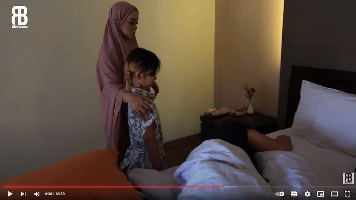 Lesti Kejora meminta bantuan anak kecil untuk membangunkan Rizky Billar.