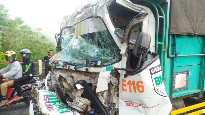 Detik-detik Truk Pengangkut Pakan Tabrak Fuso di Sukabumi, Sopir Luka Parah setelah Terjepit