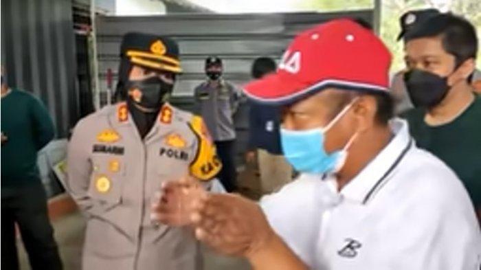 Yosef (topi merah), dan Kapolres Subang, AKBP Sumarni, di lokasi kejadian pembunuhan ibu dan anak di Subang, Jawa Barat. Yosef mencurigai cara pelaku masuk ke rumahnya tanpa merusak kunci pintu.
