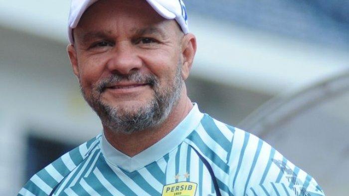 Pelatih kiper Persib Bandung, Luizinho Passos.