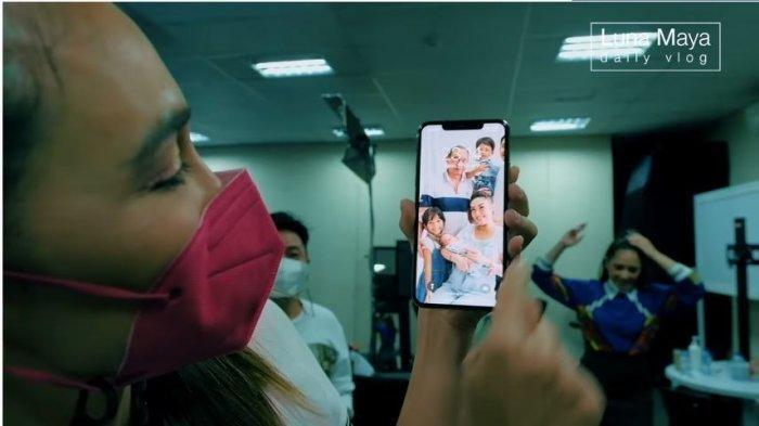 Luna Maya memperlihatkan kejanggalan yang ada dalam handphone milik Ayu Dewi, Sabtu (13/2/2021).