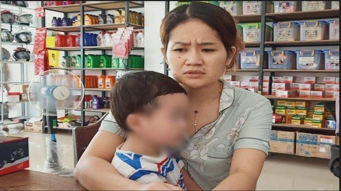 M, istri JT tersangka penganiayaan perawat RS Siloam Sriwijaya saat ditemui awak media di toko sparepart milknya yang berada di Kayuagung, Kabupaten Ogan Komering Ilir, Sabtu (17/4/2021).