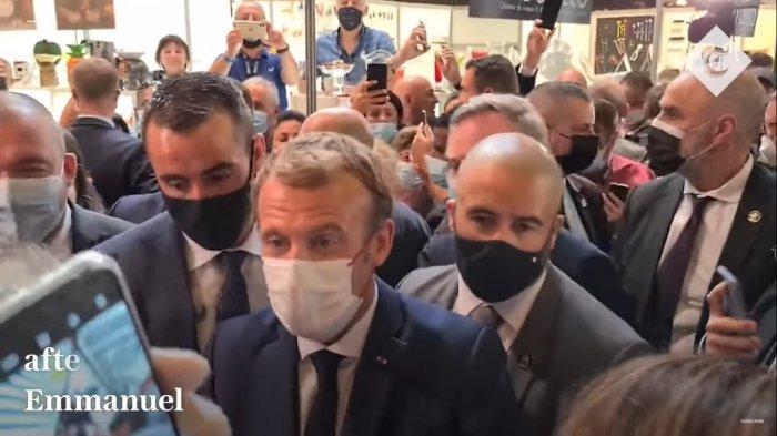Situasi sebelum Presiden Emmanuel Macron dilempar telur di Lyon, Perancis pada Senin (27/9/2021).