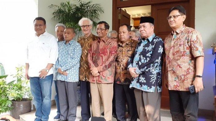 Mahfud MD dan para tokoh Gerakan Suluh Kebangsaan seusai melakukan pertemuan dengan presiden RI ke-5 Megawati Soekarnoputri di kediaman ketum PDIP itu, Jalan Teuku Umar, Menteng, Jakarta Pusat, Jumat (17/5/2019).