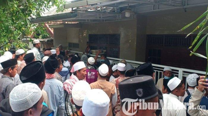 Suasana saat sejumlah massa yang berpakaian putih dan berpeci menggeruduk rumah Ibunda Menkopolhukam Mahfud MD di Jalan Dirgahayu, Kelurahan Bugih, Kabupaten Pamekasan, Madura, Selasa (1/12/2020).