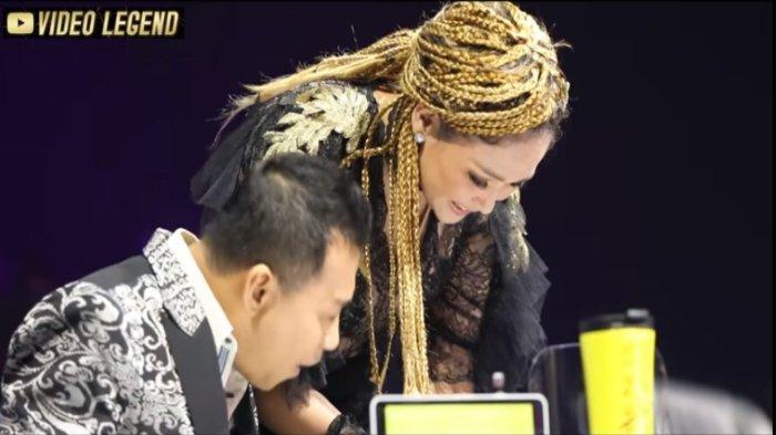 Tangkapan layar - penyanyi Maia Estianty mengecek handphone Anang Hermansyah saat acara Final Indonesian Idol 2021, Kamis (29/4/2021).