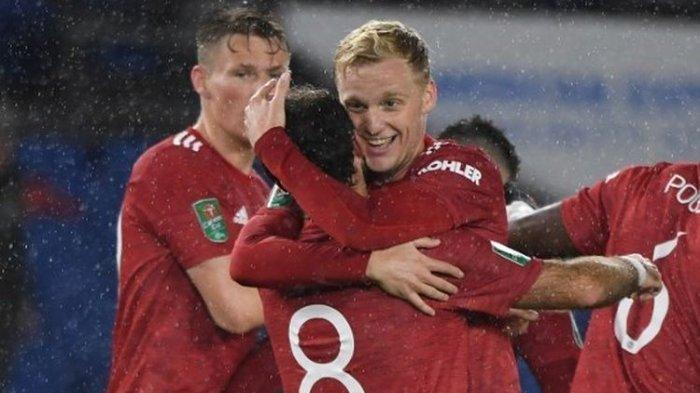 Gelandang Manchester United, Donny van de Beek, memeluk Juan Mata usai gelandang asal Spanyol tersebut mencetak gol kedua Setan Merah pada laga Piala Liga Inggris kontra Brighton pada Kamis (1/10/2020) dini hari WIB.