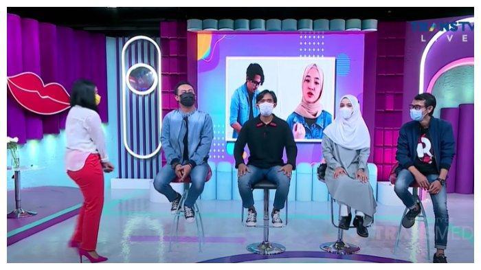 Mantan personel Sabyan Gambus di acara Rumpi bersama presenter Feni Rose.