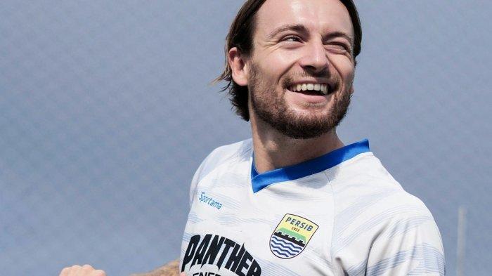 Marc Klok jalani sesi latihan perdana bersama Persib Bandung pada Jumat (2/7/20210 di Lapangan Sintetis Soccer Republic, Kota Bandung, Jawa Barat.
