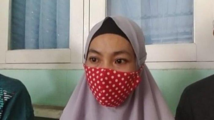 Mardiani (32), istri dari Slamet Ariswanto (33) driver ojek online yang tewas diduga korban begal di Kabupaten Brebes, Jawa Tengah.