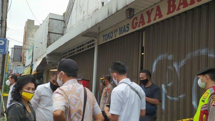Suasana petugas masih melakukan olah TKP kasus dugaan perampokan dan penganiayaan di Toko Mas Gaya Baru, Jalan Kosambi, Kota Bandung, Senin (20/9/2021).
