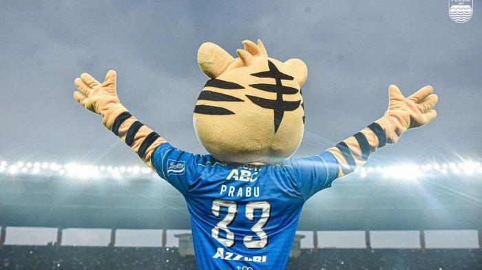 Maskot Persib Bandung tengah menyemangati tim kebanggaannya kala berlaga di lapangan