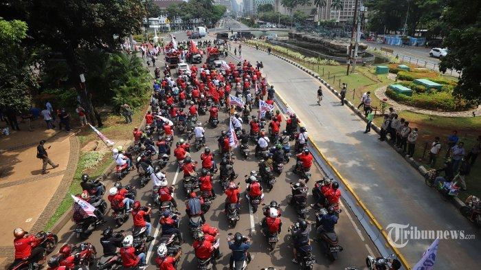 Massa buruh yang tergabung dalam Konfederasi Serikat Buruh Seluruh Indonesia (KSBSI) menggelar aksi unjuk rasa menolak pengesahan omnibus law Undang-Undang Cipta Kerja di Istana Merdeka, Jakarta Pusat, Senin (12/10/2020).
