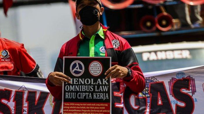 Massa dari Konfederasi Serikat Buruh Seluruh Indonesia (KSBSI) menggelar aksi unjuk rasa menolak pengesahan omnibus law Undang-Undang Cipta Kerja di jalan Medan Merdeka Barat tepatnya depan Gedung Sapta Pesona mengarah ke Istana Negara, Jakarta Pusat, Senin (12/10/2020).