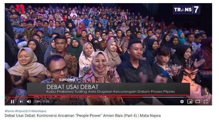 Penonton tepuk tangan riuh setelah mendengar pernyataan Jansen Sitindaon menanggapi pernyataan ancaman oleh Amien Rais.