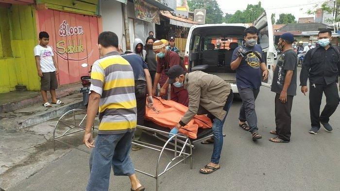 Mayat PSK online sekaligus pemandu lagu Alip Surani alias Ratna (31) di kamar kos nomor 3 Jalan Pusponjolo Selatan RT 6 RW 3, Bojongsalaman, Semarang Barat, dievakuasi petugas medis dan relawan, Jumat (7/5/2021).