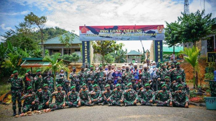 Pangdam VI / Mulawarman Mayjen TNI Heri Wiranto berfoto bersama dengan pasukan di Pos Penjagaan Long Ampung, Malinau, Kalimantan Utara