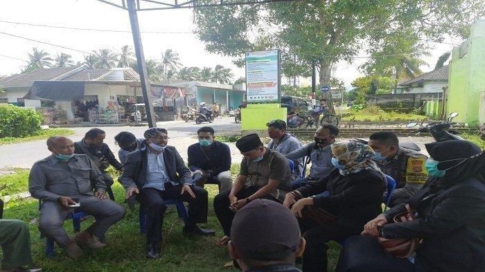 MEDIASI: Ketua Komisi IV DPRD Lombok Tengah H Supli (pakai songkok sorban) menemui pemilik pabrik dan kepala desa untuk proses mediasi, Jumat (19/2/2021). ()