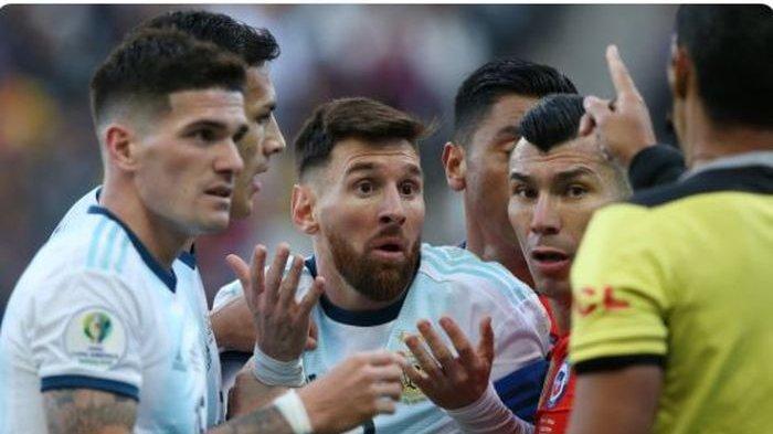 Megabintang timnas Argentina, Lionel Messi (tengah), menerima kartu merah dalam laga perebutan peringkat ketiga Copa America 2019 melawan timnas Cile di Stadion Arena Corinthians, Sabtu (6/7/2019).
