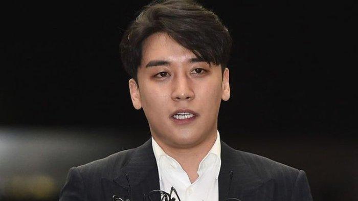 Member boyband BiGBANG, Seungri, memberi keterangan pers setelah menjalani pemeriksaan di kantor polisi Seoul, Korea Selatan, Kamis (28/2/2019).