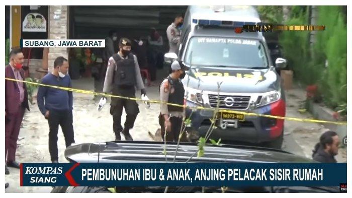 Polisi menerjunkan anjing pelacak saat kembali melakukan olah tempat kejadian perkara di rumah korban pembunuhan ibu dan anak pertengahan Agustus lalu di Subang, Jawa Barat.