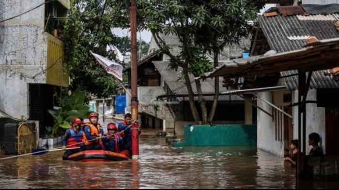 Anggota Suku Dinas Penanggulangan Kebakaran dan Penyelamatan mengevakuasi warga di Jalan Masjid Al Makmur Gang Buntu RT 017/07, Pejaten Timur, Pasar Minggu, Jakarta Selatan, Senin (8/2/2021).