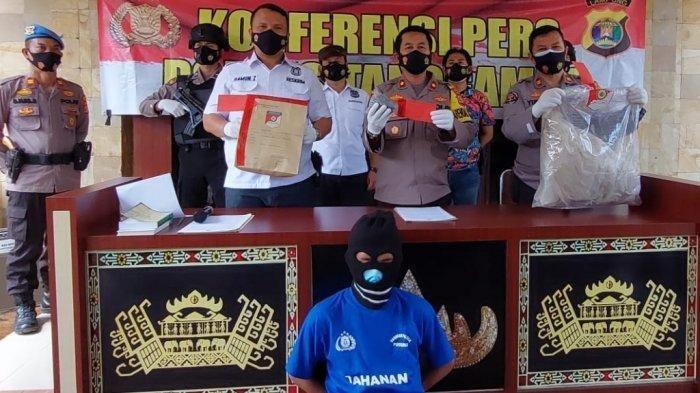 Polres Tanggamus mengungkap kasus pembunuhan terhadap korban Dede Saputra (32) yang mayatnya ditemukan di Dusun Pagar Jarak, Pekon Tiuh Memon Kecamatan Pugung beberapa waktu lalu.
