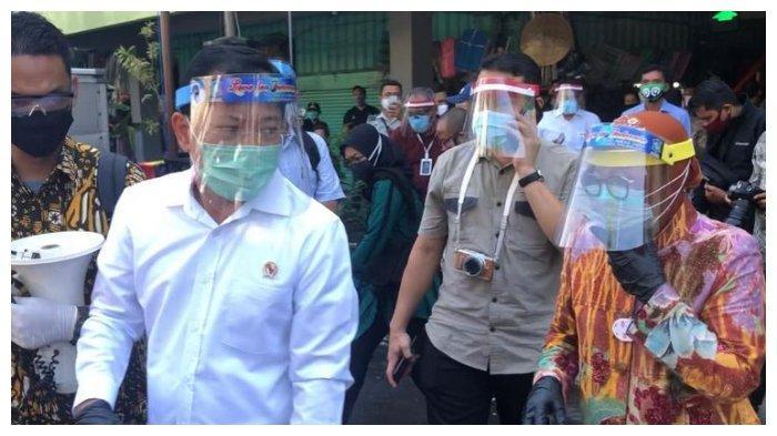 Momen ketika Risma dan Terawan Sidak ke Pasar Genteng Surabaya Pakai Pengeras Suara: Ayo Jaga Jarak
