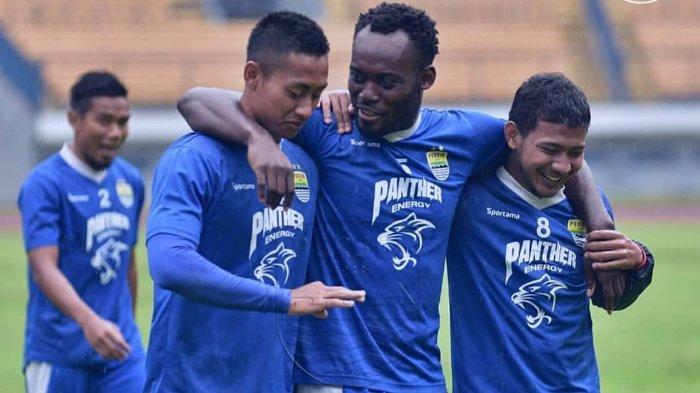 Michael Essien bersama rekan-rekannya di Persib Bandung