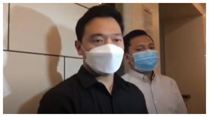 Potret Michael Yukinobu de Fretes (MYD) setelah menjalani wajib lapor kelima di Polda Metro Jaya, Kamis (21/1/2021).