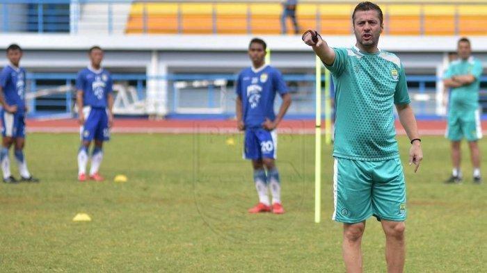Miljan Radovic saat mendampingi para pemain Persib Bandung latihan.
