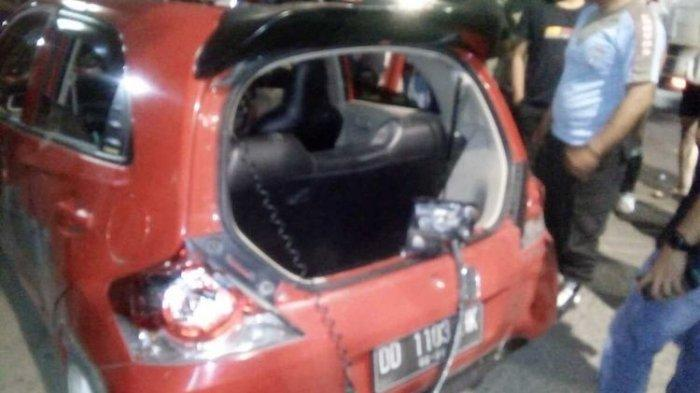 Mobil yang digunakan ASA usai dirusak ratusan pengendara motor di Jalan Sultan Alauddin Makassar, Jumat (13/11/2020).
