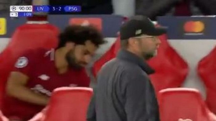 Mohamed Salah Terlihat Melempar Botol Minum saat Roberto Firmino Mencetak Gol