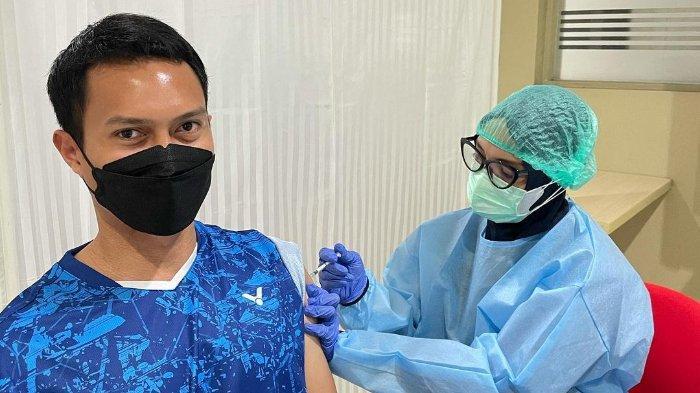 Pebulu tangkis ganda putra Mohammad Ahsan menerima vaksin Covid-19 tahap dua, Jumat (12/3/2021).